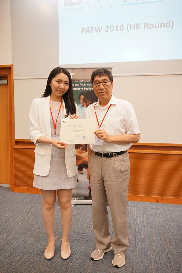 香港城市大學校長郭位教授(右)頒發證書給冠軍隊代表Ms. Laura Lau。( 工程及科技學會提供)
