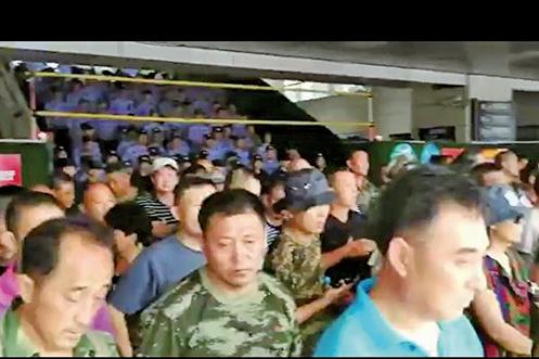 山東煙台市軍轉志願兵士官集體要進京維權,被大批警察和維穩人員困在煙台火車站內。(視頻截圖)