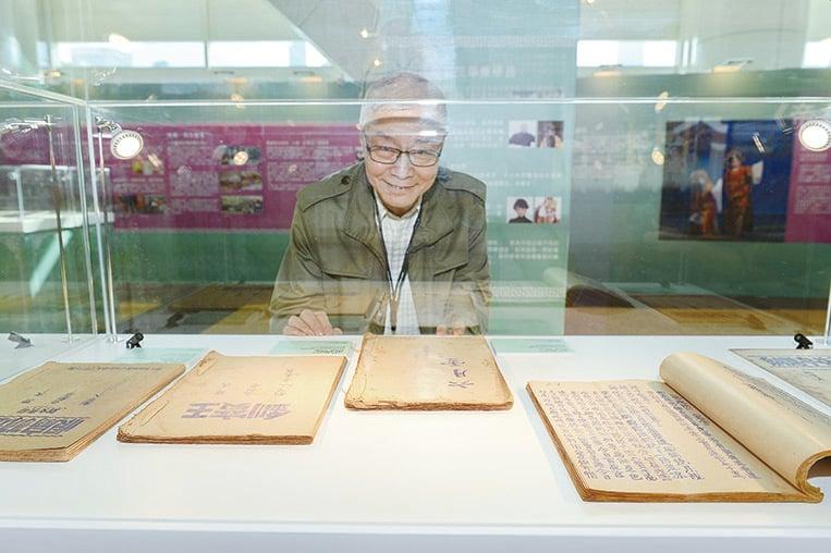 書展「文化瑰寶──粵劇」展區與香港八和會館合作,展出珍貴粵劇劇本、合約等。