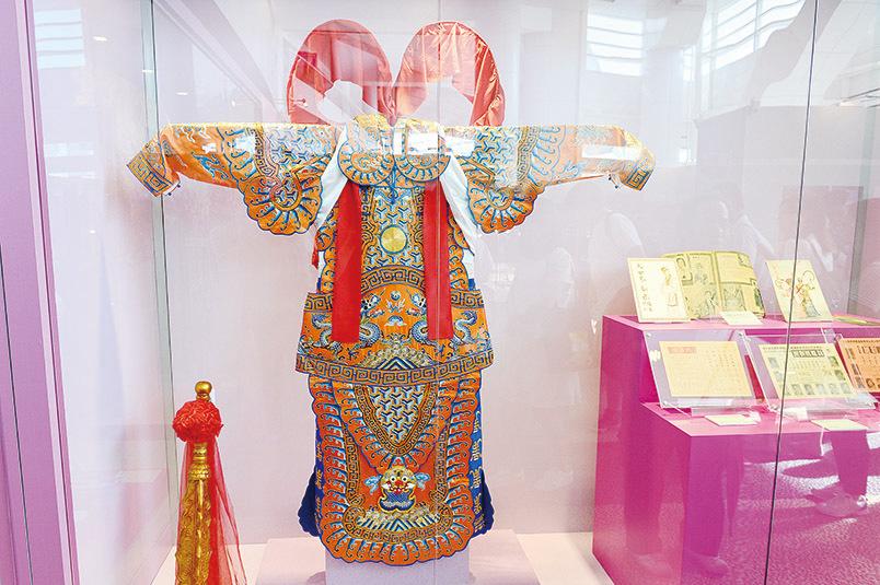 「文化瑰寶──粵劇」展品包括價值4至5萬港元(每套)的手作戲服。