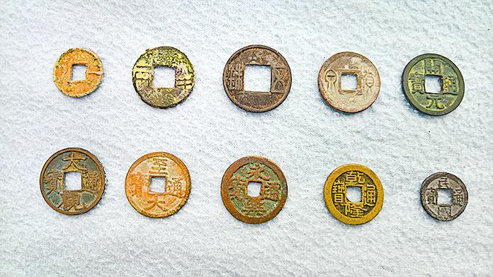中國古錢幣,其中上排中間的即是通行西漢、東漢、蜀漢、魏、晉等朝代的五銖錢(Donald Trung/Wikimedia Commons)