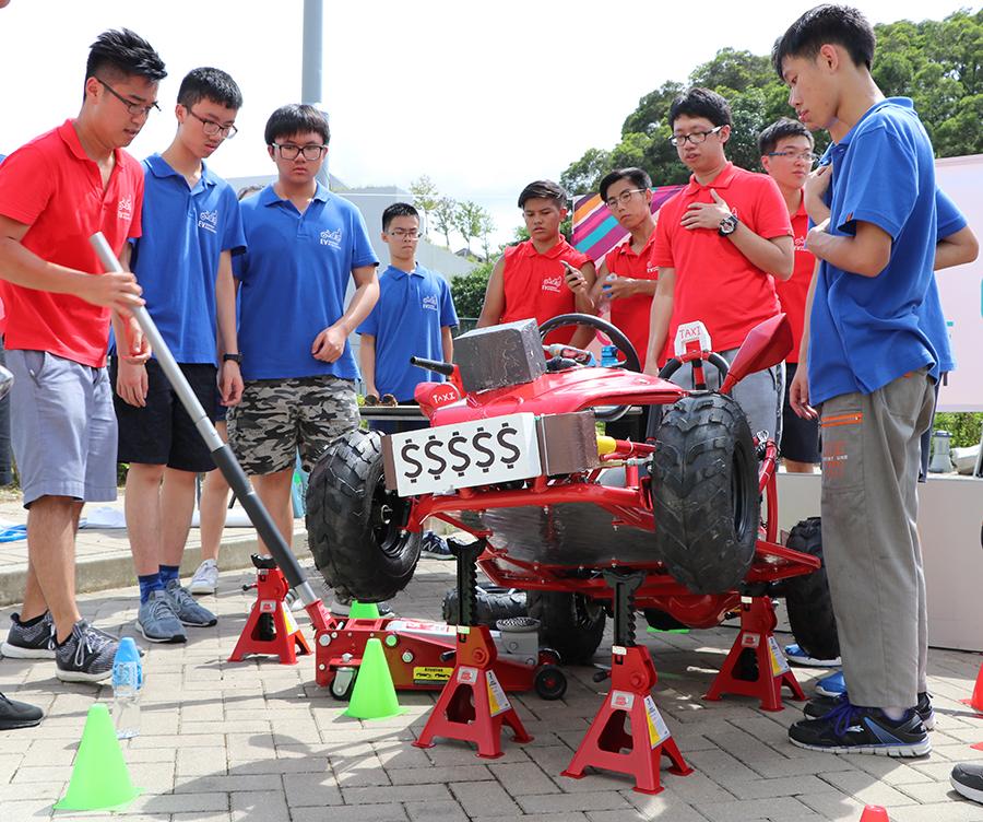 將軍澳官立中學學生們相互協作調適電動車。(陳仲明/大紀元)