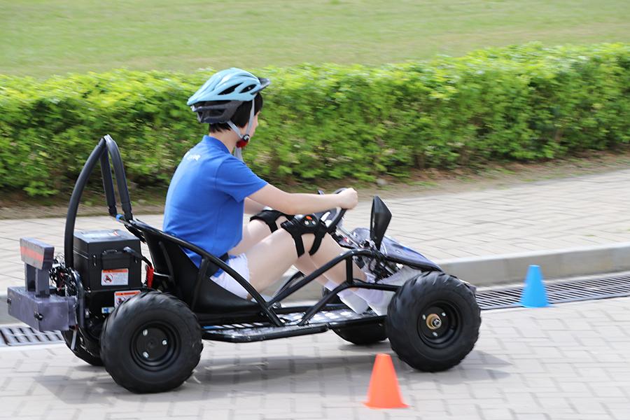 嘉諾撒聖瑪利書院的學生試駕電動車。(陳仲明/大紀元)