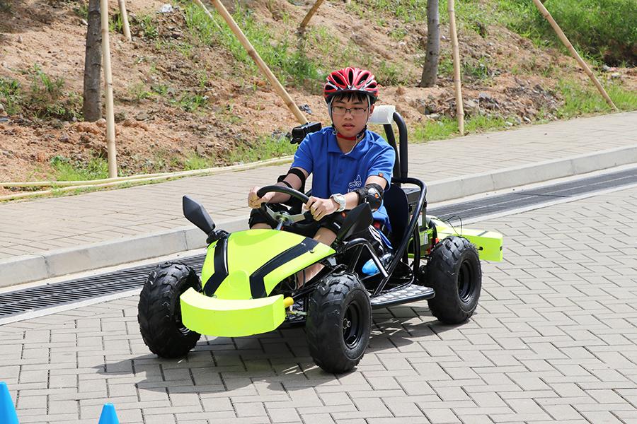 聖母無玷聖心書院的學生試駕電動車。(陳仲明/大紀元)