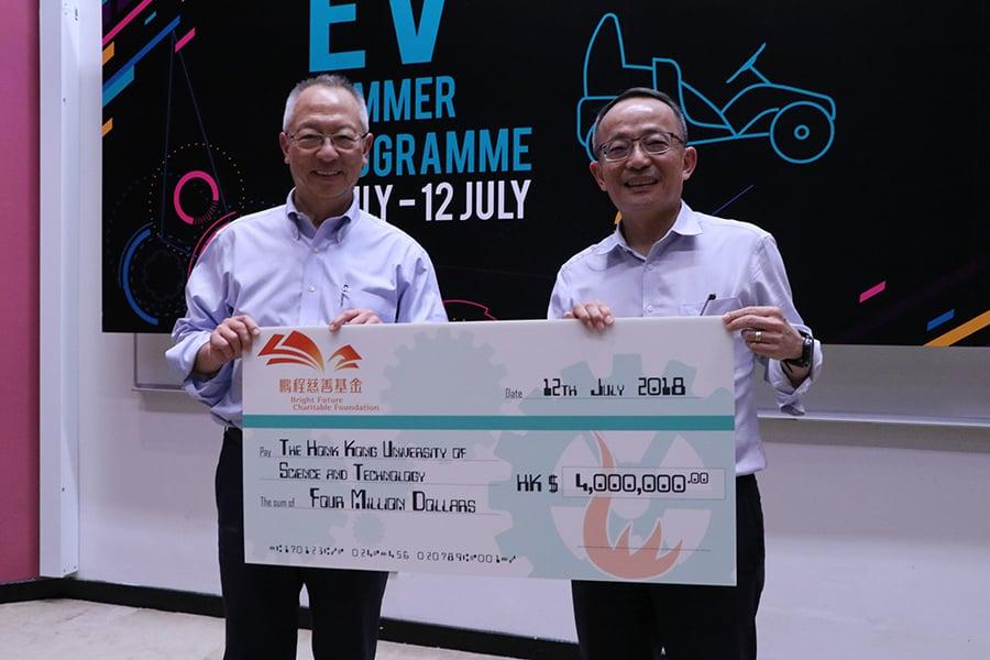 鍾志平教授(左)慷慨捐贈四百萬港元資助學苑未來兩年的活動,由鄭光廷院長代表接受。(陳仲明/大紀元)