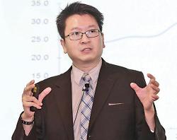 莊太量提醒港企留意匯兌風險,香港銀行如果借人民幣貸款給陸企還不起債,會受拖累。(大紀元資料圖片)