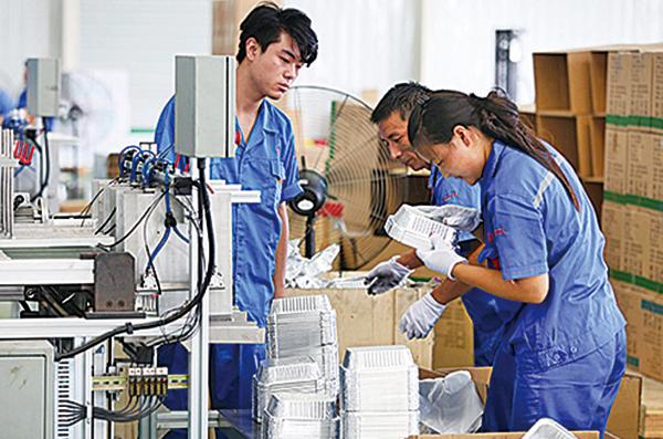 安徽淮北一家一次性鋁箔飯盒生產廠的工人正在將製成品裝箱。(Getty Images)