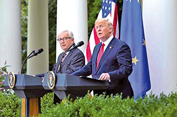 25日下午,美國總統特朗普和歐盟委員會主席容克在白宮玫瑰園舉行聯合記者會。(Samira Bouaou/大紀元)