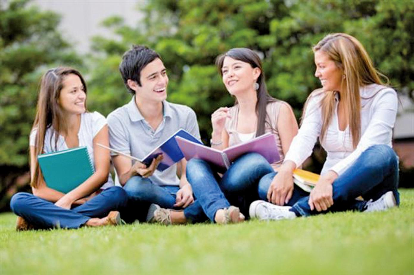 有的人給人們感覺很有親和力,容易得到朋友的喜愛,有的人則不太擅長交際,想擁有好人緣,或可試試相處的心理技巧。(Fotolia)
