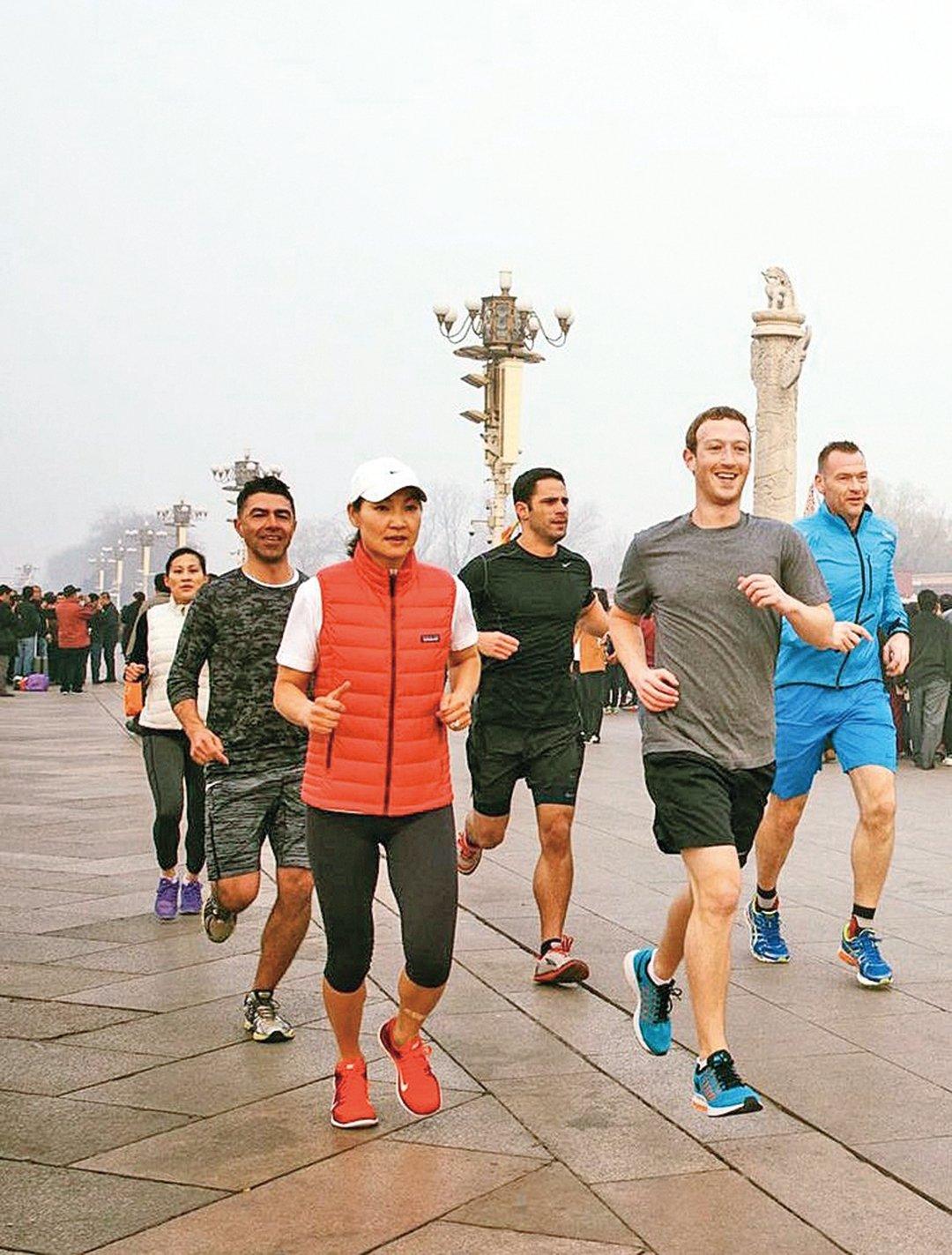 臉書創始人朱克伯格(右二,Mark Elliot Zuckerberg)曾嘗試過多種方式來進入大陸市場。包括展示其在陰霾瀰漫的天安門廣場慢跑照片。(朱克伯格臉書)