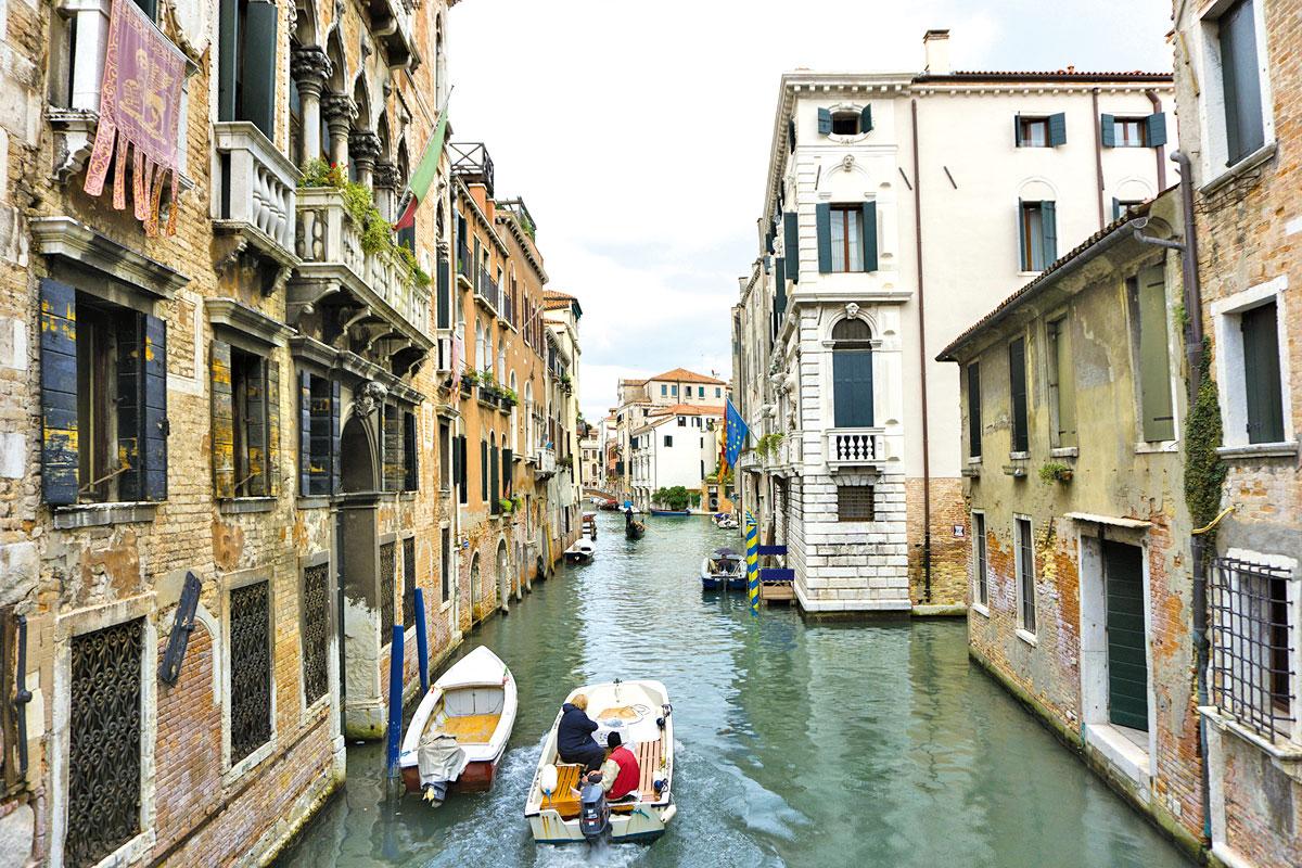 穿梭於威尼斯的水巷。