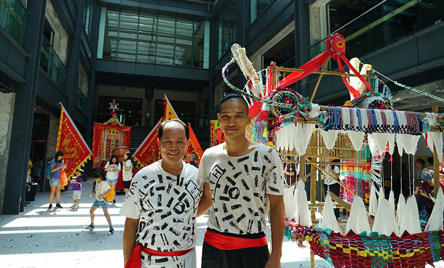 吳師傅(左)和田口行弘(右)表演舞龍合作無間。(曾蓮/大紀元)