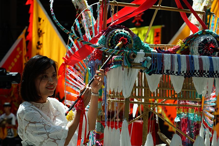 CHAT六廠聯席總監張晶晶為紡織龍進行點睛儀式。(曾蓮/大紀元)