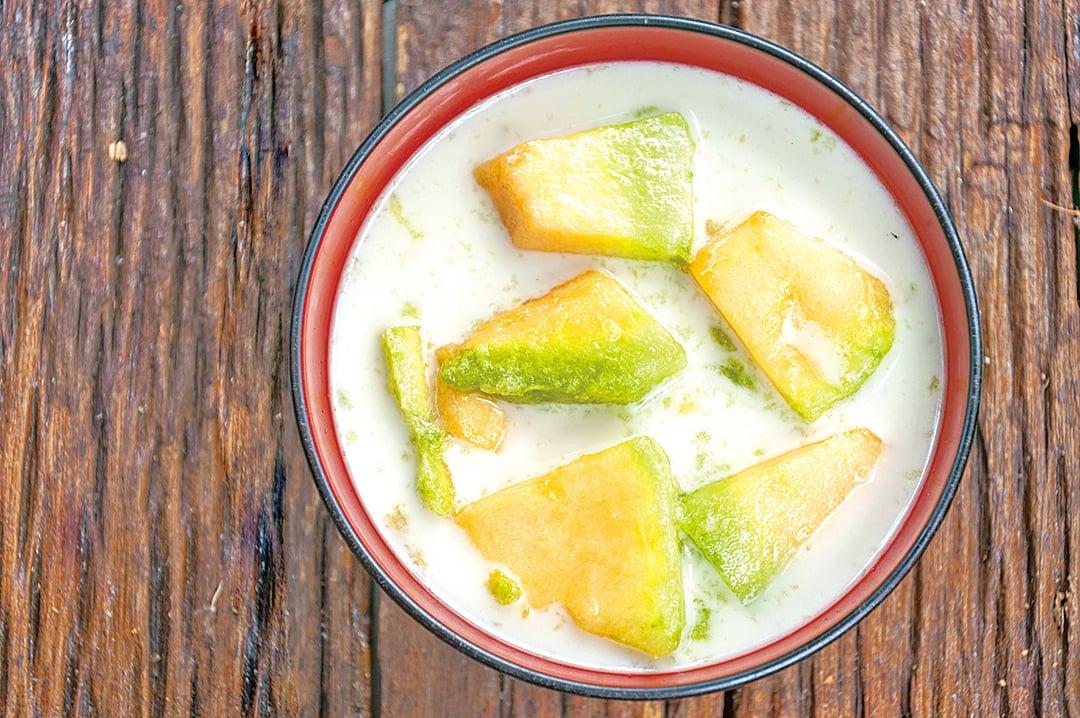 水果泡在椰奶中吃,別有風味。