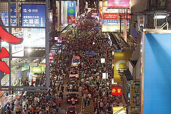旺角行人專用區開放時間昨晚10點結束,警方陸續重開西洋菜南街讓車輛使用,有警員及警車沿車路呼籲擁擠的途人離開。(蔡雯文/大紀元)