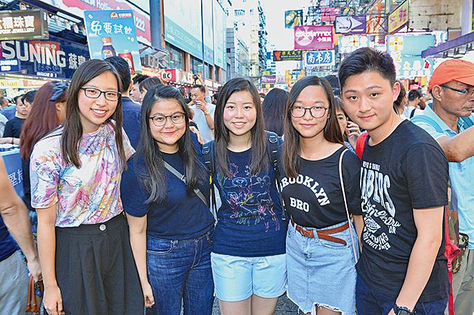 香港大學生結伴到旺角行人專用區留影,見證歷史一刻。(宋碧龍/大紀元)