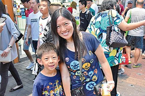 姚小姐和六歲兒子。(宋碧龍/大紀元)