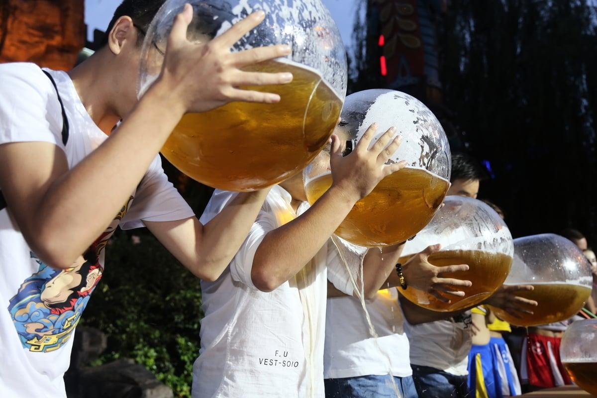 美國一位投資人士用喝酒比賽來比喻中美貿易戰局勢 –– 雙方都希望能比對手更長時間地忍受痛苦。圖為浙江杭州舉行的喝啤酒比賽。(Getty Images)