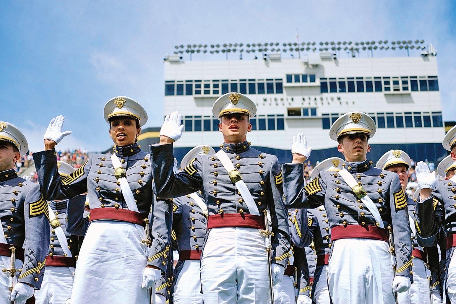 進入美國的某些軍事學院競爭極為激烈。圖為西點軍校的畢業典禮。(Getty Images)