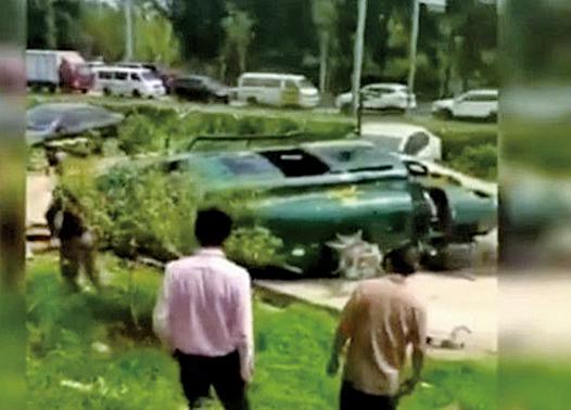 北京一架直升機墜落於朝陽區崔各莊奶東村一停車場區域。(影片截圖)