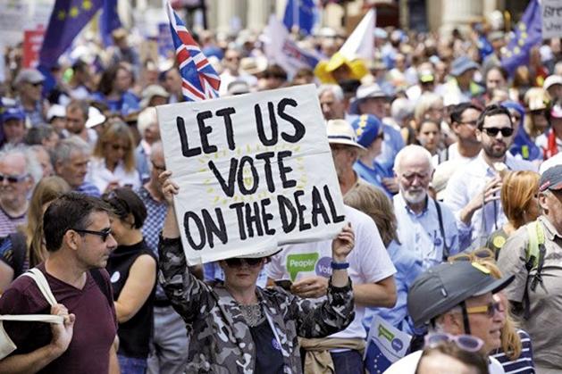 最新民調顯示,2/3英國民眾認為脫歐結果對英國不利。圖為今年6月23日在倫敦的遊行中人們要求進行第2次公投。(AFP)