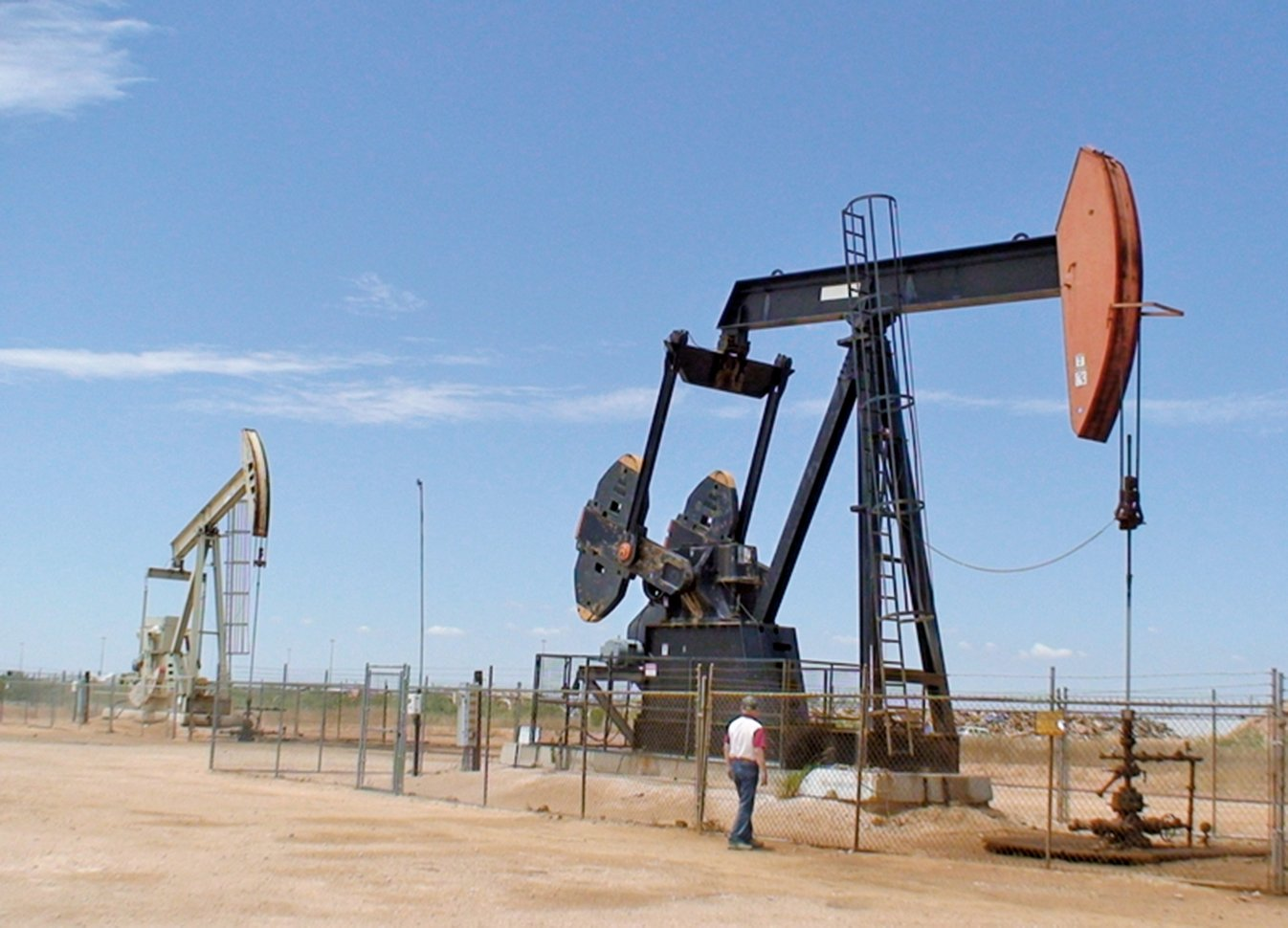 美國有望超越沙地阿拉伯和俄羅斯成為世界上最大的石油生產國。圖為美國德州米德蘭郡油井。(AFP)