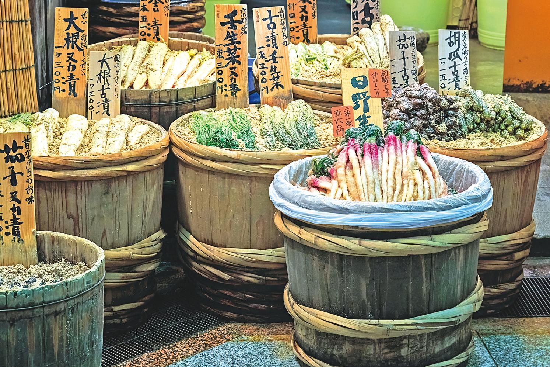 日本傳統小店在販售各式各樣的日本醬菜。