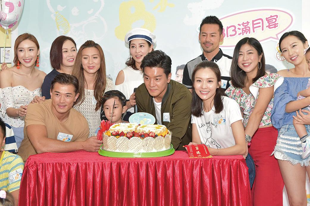 李佳芯(Ali)和黎諾懿等無綫劇集《BB來了》劇組演員在親子餐廳切蛋糕慶祝劇集「滿月」。(郭威利/大紀元)