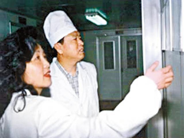1998年時任吉林省委書記張德江(左二)到長生生物參觀生產線,與高俊芳合照。(長生生物官網圖片)