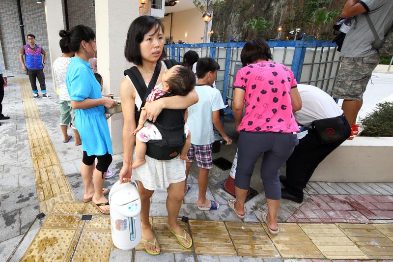 去年本港11個屋邨被驗出食水含鉛,政府其後成立調查委員會,調查報告昨日向公眾公開。(大紀元資料圖片)