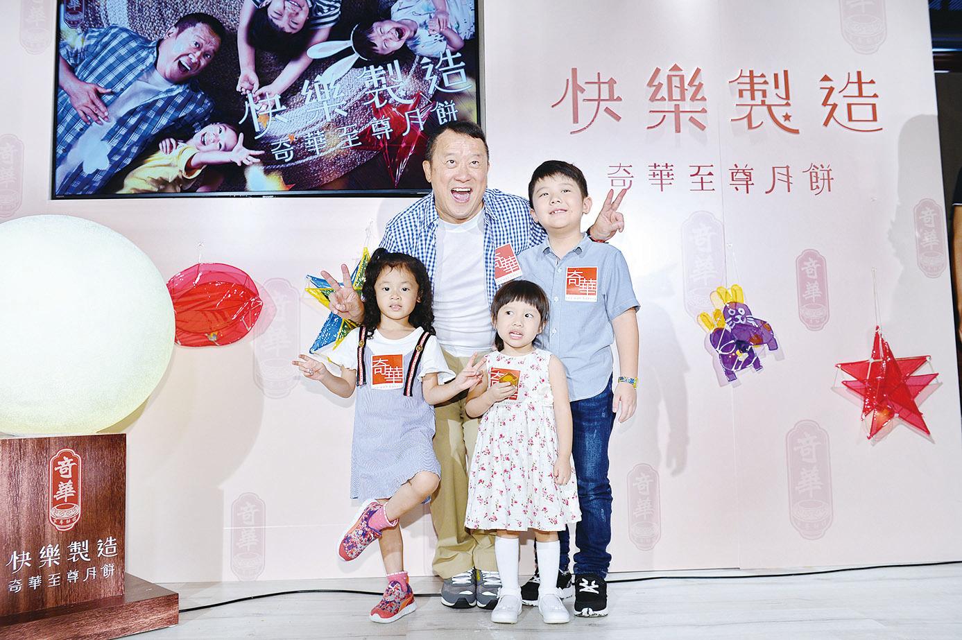 曾志偉今年和三個小朋友一起拍月餅廣告。(宋碧龍/大紀元)