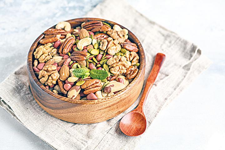 在點心時間享用堅果,美味又健康。