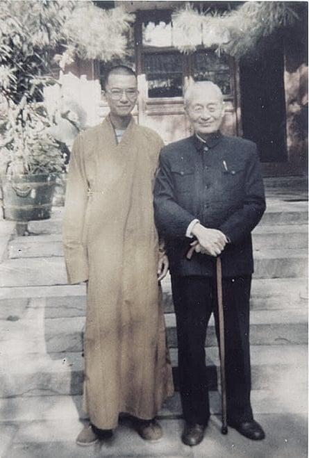 釋學誠(左)當初由中共政治和尚趙樸初(右)「力排眾議」一手提拔,圖為早期二人的合照。(網絡圖片)