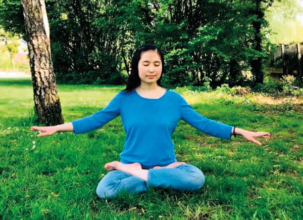 黎翠靈在打坐,煉法輪功的第五套功法。(黎翠靈提供)