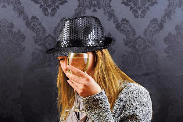 一項新的研究表明,年輕女性經常過度飲酒,會影響骨骼生長,並增加日後患骨質疏鬆的概率。(Creative Commons)