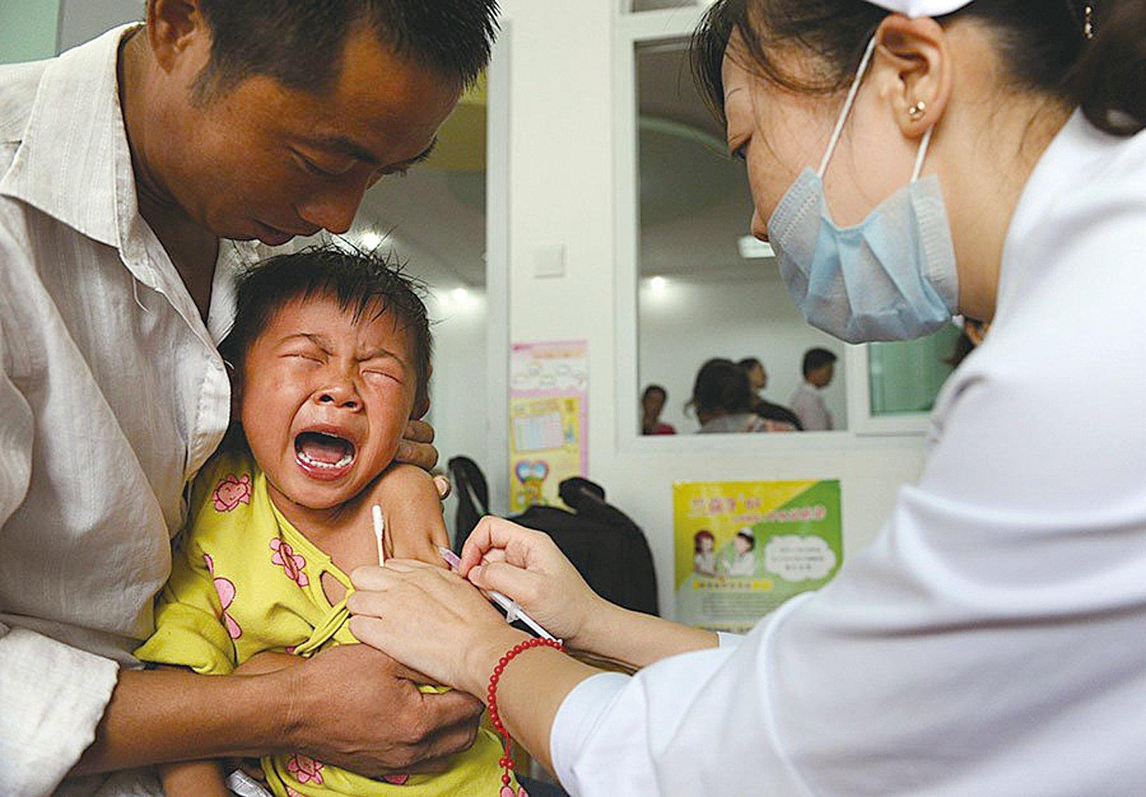 2018年大陸假疫苗事件,再次震驚國人,然而中共宣傳部門嚴控媒體報道、禁止獨立調查報道,掀起輿論關注的〈疫苗之王〉一文被刪除。(STR/AFP/Getty Images)