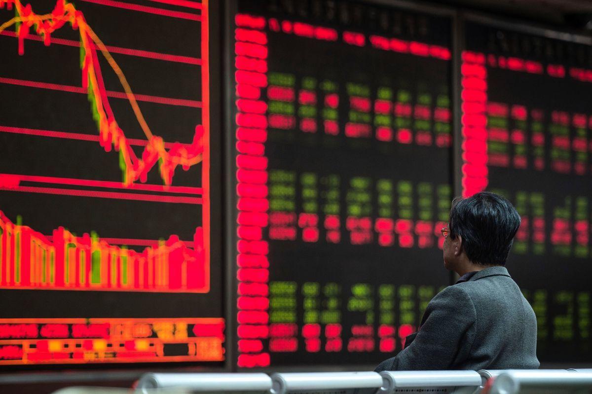 受美中貿易戰衝擊,中國股市失去世界第二大的頭銜,拱手讓給日本股市。圖為北京市一家證券公司。(Getty Images)