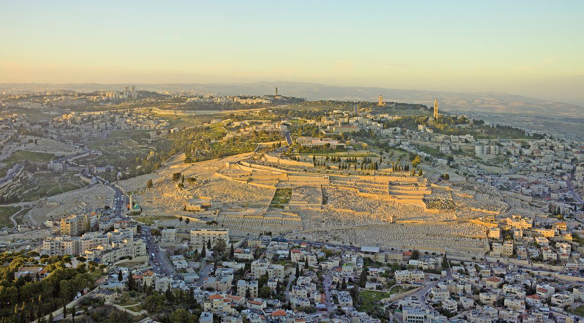 日落時,耶路撒冷橄欖山俯瞰圖。(Wikimedia Commons)