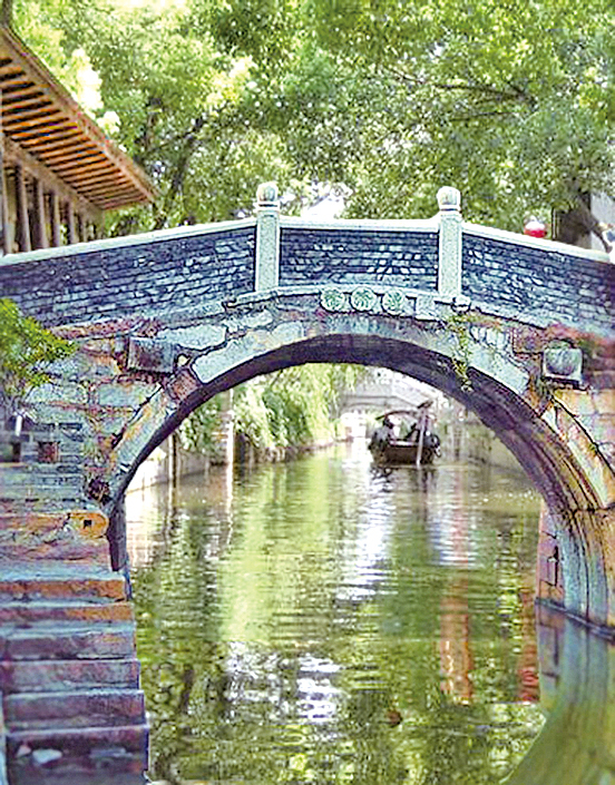 閒暇日子,路過尋常的江南古鎮,那飽經滄桑、蒼老而寧靜的石拱橋頭,總是有那年老的老阿婆,坐在橋階上,照看著幾隻竹籃(大紀元)
