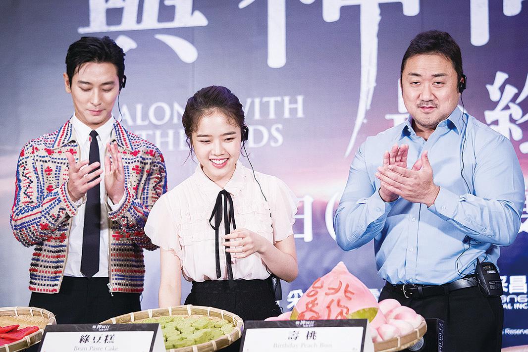 (左起)韓星朱智勛、金香起、馬東石8月6日在台北出席韓國電影《與神同行:最終審判》亞太國際記者會。(陳柏州/大紀元)