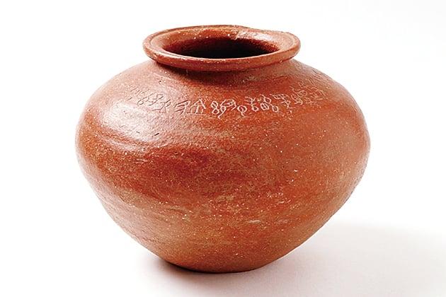 韓國一個收藏愛好者輾轉買到的中國古陶罐,上面的甲骨文記錄了牧野之戰發生前,商紂王對武王來伐的告祭。(圖片由韓國保存者提供)