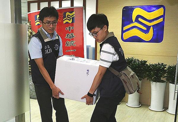 台北地檢署調查中華統一促進黨資金及有無違反組織犯罪條例等案,辦案人員7日到統促黨辦公室等處搜索,帶走相關證物。(中央社)