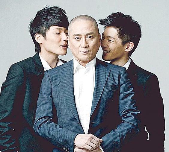 湯鎮業(中)及其雙胞胎兒子湯君慈和湯君耀。(湯君慈IG圖片)