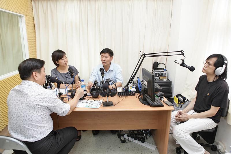 李有甫(右二)於2011年8月中旬在香港做演講,並作客國術頻道,接受香港詠春名師鄭子平(左一,背向鏡頭者)專訪。(大紀元)