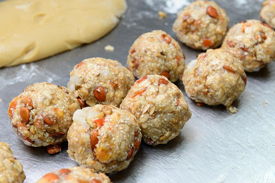 五仁月餅餡料:核桃、瓜子仁、欖仁、芝麻、杏仁。(宋碧龍/大紀元)