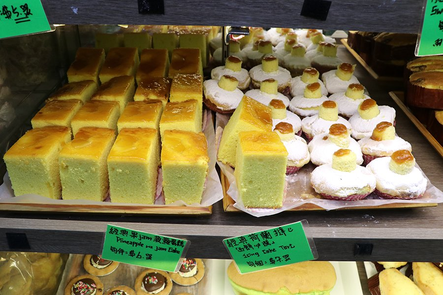環顧餅店四周,各式各樣的中西餅類令人目不暇給。(陳仲明/大紀元)