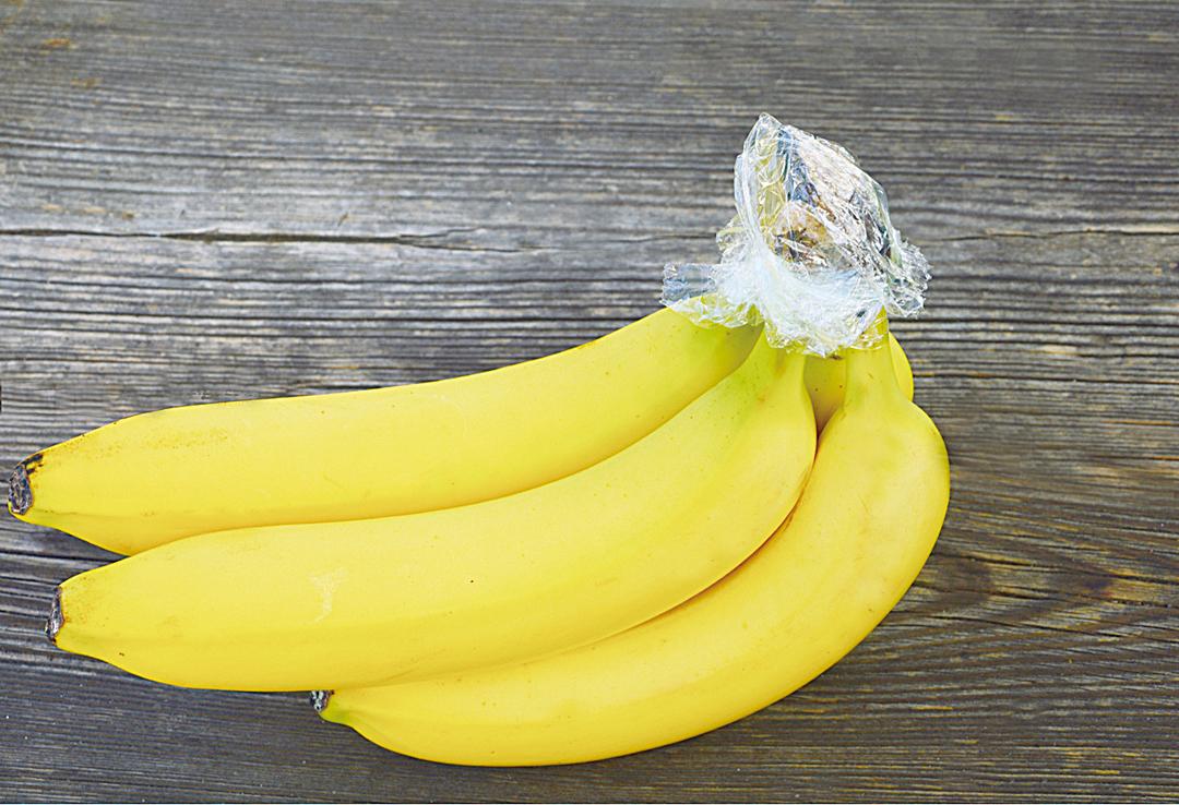 用塑料薄膜包在香蕉的頂部,可以減緩香蕉成熟的過程。
