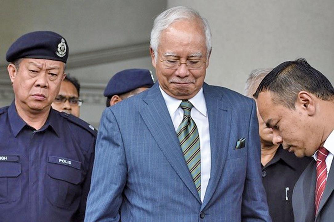 馬來西亞前首相納吉布涉數十億美元金融醜聞,5月敗選之後,周三(8月8日)出庭面對3項洗錢罪名,他否認涉案。(MOHDRASFAN/AFP/Getty Images)