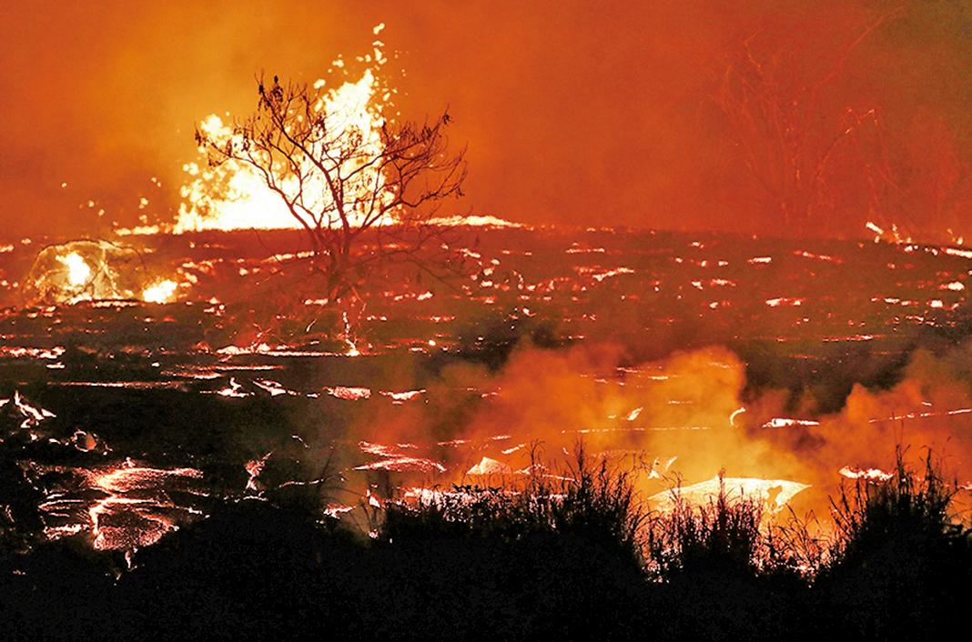 圖為夏威夷基拉韋厄火山噴發出的岩漿流。(GettyImages)