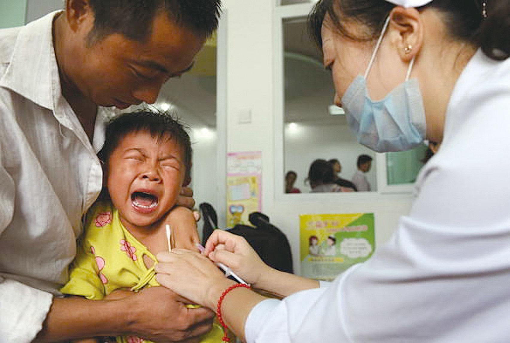 在此次疫苗風暴肆虐中,國內民眾面對中共的無道與枉法,表現出了極度的不信任與火山噴發式的憤慨。(STR/AFP/Getty Images)